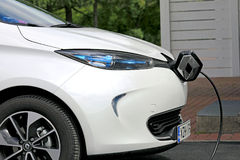 Renault Zoe Electric Car Charging royaltyfri fotografi