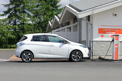 Renault Zoe Electric Car Charging Lizenzfreie Stockbilder