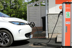 Renault Zoe Electric Car Charging Detail arkivbild