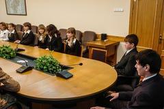 Rencontrant des étudiants le gouverneur de la région de Kaluga en Russie photo stock