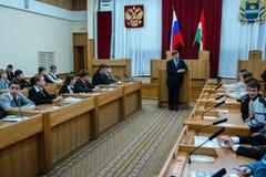 Rencontrant des étudiants le gouverneur de la région de Kaluga en Russie images stock
