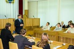 Rencontrant des étudiants le gouverneur de la région de Kaluga en Russie photos libres de droits