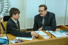 Rencontrant des étudiants le gouverneur de la région de Kaluga en Russie photo libre de droits