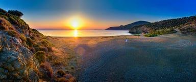 rencontrant un coucher du soleil à terre Images stock