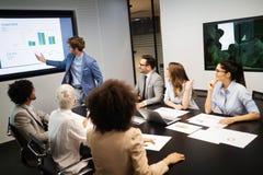 Rencontrer des affaires d'entreprise de succ?s faisant un brainstorm le concept de travail d'?quipe photographie stock