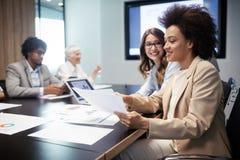 Rencontrer des affaires d'entreprise de succ?s faisant un brainstorm le concept de travail d'?quipe photos stock