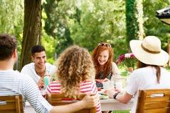 Rencontrer des amis sur la terrasse Photos libres de droits