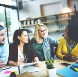 Rencontrer le concept parlant de communication de séance de réflexion de discussion Images libres de droits