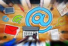 Rencontrer le concept sans fil de communication de transmission de messages en ligne d'email Photographie stock