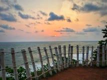 Rencontrer le coucher du soleil au bord de la montagne photographie stock