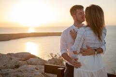 Rencontrer le lever de soleil avec votre moitié avec la vue romantique photo libre de droits