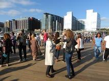 Rencontrer un ami au dock tout neuf Photographie stock libre de droits