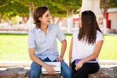 Rencontrer une fille dans l'université Image stock