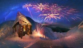 Rencontrez heureusement les vacances d'hiver dans les montagnes Images libres de droits
