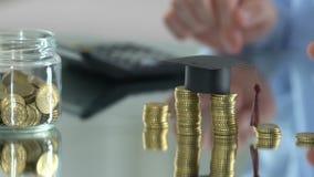 Renda calculadora de inquietação do salário do pai e dinheiro de salvamento para a educação das crianças video estoque