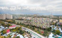 Renda le torri nella città - edifici residenziali moderni dell'appartamento con la norma della casa di energia bassa immagini stock libere da diritti
