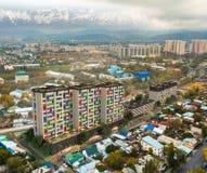 Renda le torri nella città - edifici residenziali moderni dell'appartamento con la norma della casa di energia bassa immagine stock