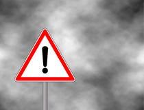 Renda o sinal do triângulo - símbolo da coordenação do tráfego rodoviário no fundo das nuvens Atenção de advertência do sinal de  Fotos de Stock Royalty Free
