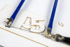 Renda paricolare ha visto per i modellatori ed i carpentieri sulla tavola dell'officina S immagine stock