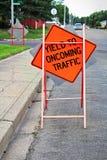 Renda a sinal próximo da construção do tráfego na estrada Imagens de Stock Royalty Free