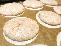 Rendant le macaron allemand de macarons d'amande cru avant de faire la feuille cuire au four de glaçage aplatie aux pôles de papi photos stock
