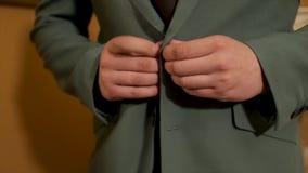 Rendant le sembler d'affaires bon Plan rapproché de l'homme boutonnant sa veste Jeune homme d'affaires sûr boutonnant le costume banque de vidéos