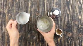 Rendendo a cocktail del caffè vista superiore archivi video