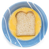 Rendendo a pane inzuppato in latte/uova e zucchero e fritto in padella vista superiore isolata Immagini Stock Libere da Diritti