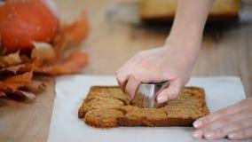 Rendendo a zucca i mini dolci Biscotti di taglio dalla pasta su una tavola archivi video