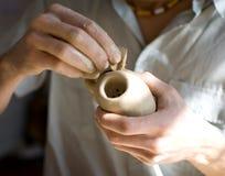 Rendere di ceramica. Elaborare della spugna Fotografia Stock