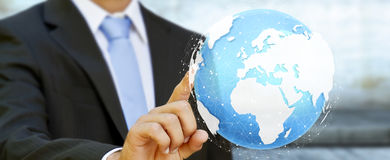 Rendering' tattile digitale commovente del mondo '3D dell'uomo d'affari Fotografie Stock Libere da Diritti