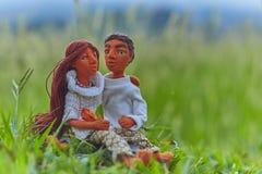 Rendez-vous de poupées parmi la haute herbe Photo stock