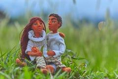 Rendez-vous de poupées parmi la haute herbe Photographie stock