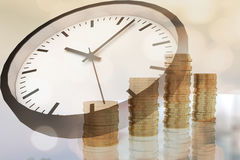 rendição 3D das pilhas das moedas e do tempo Foto de Stock