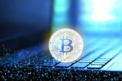 a rendição 3D de Bitcoin BTC e número digital binário cobre no fundo do caderno e do teclado do borrão ilustração royalty free