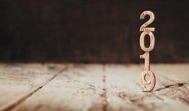 Rendição 3d de madeira do ano novo feliz 2019 no floo da madeira da perspectiva imagens de stock royalty free