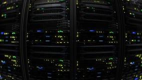 rendição 3D de um centro de dados moderno escuro da sala do servidor no centro do armazenamento Fotos de Stock