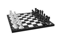 rendição 3d de uma placa de xadrez com um conjunto completo de figuras na posição começar ilustração stock