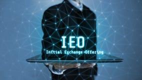rendição 3D do pairo de incandescência de oferecimento do holograma da troca inicial do texto de IEO sobre a tabuleta em uma p imagens de stock royalty free
