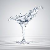 a rendição 3D do vidro de martini com água deixa cair ilustração royalty free