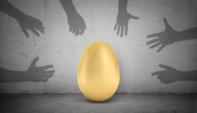 rendição 3d suportes de grandes de ovo dourados em um fundo concreto cinzento com muitos braços da sombra que tentam agarrar e ar Fotos de Stock Royalty Free