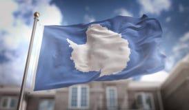 Rendição da bandeira 3D da Antártica no fundo da construção do céu azul Fotografia de Stock Royalty Free