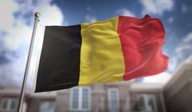 Rendição da bandeira 3D de Bélgica no fundo da construção do céu azul Fotos de Stock Royalty Free