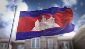 Rendição da bandeira 3D de Camboja no fundo da construção do céu azul Fotografia de Stock Royalty Free