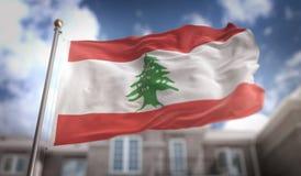 Rendição da bandeira 3D de Líbano no fundo da construção do céu azul Fotografia de Stock Royalty Free