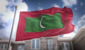 Rendição da bandeira 3D de Maldivas no fundo da construção do céu azul Imagens de Stock Royalty Free