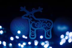 Rendier en Christmass-snuisterijen met blauwe gloed royalty-vrije stock foto's