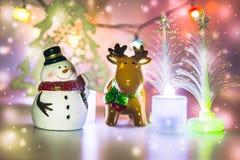 Rendier en Sneeuwmantribune dichtbij Kerstmisboom Royalty-vrije Stock Afbeelding