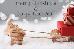 Rendier met Slee, Zilveren Achtergrond, Vrolijke Kerstmis, Gelukkig Nieuwjaar Royalty-vrije Stock Foto