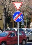Rendimento ed estremità dei segnali stradali della bicicletta immagine stock libera da diritti